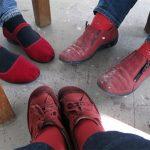 Punaiset kengät työhuoneella